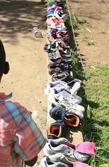 De schoenen zijn aan het drogen nadat ze een flinke wasbeurt kregen.