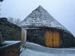 Palloza Baltasar - Castelo de Donís - 2008 (V.Maza) Tags: nieve galicia castelo lugo cervantes celta teitos ancares castros pallozas horros hórreos teito donís osancares aldeasdegalicia pallozabaltasar castelodedonís castrosdegalicia