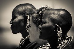 Blanco y negro (PloPh) Tags: byn wb bw blancoynegro tanzania masai tribu ngorongoro serengeti africa tribe blackwhite black white colours contrast woman women mujer chica girl retrato portrait people gente dof desenfoque safari tufototureto soe mygearandme
