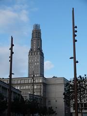 La Tour Perret entre deux chandeliers (xavnco2) Tags: france building architecture tour streetlamps amiens lampioni immeuble perret picardie somme lampadaires