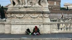 in giro per Roma (Amedeo Cristino) Tags: roma capitale città ville streetphoto strada monumento mendicante accattonaggio mendicità povertà homeless senzatetto barbone anziana amedeocristino irotorì irotori yirotorì sony nex
