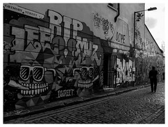 Grimsby Street (objet introuvable) Tags: blackandwhite nb noiretblanc street view rue london londres walls murs lumixgx8 light contrast contraste panasonic people pavés sky ciel