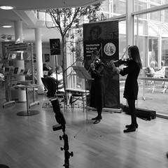 P1160306 (stadtbuecherei.wuerzburg) Tags: 70jahrehochschulefürmusikwürzburg bauwerke bibliotheken deutschland kimseyoung leute orte stadtbüchereiwürzburg violine würzburg zhoutongtong