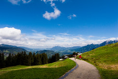 Wanderlust (Jos Mecklenfeld) Tags: blue sky people mountains alps germany walking landscape bayern deutschland bavaria spring outdoor hiking path pad wanderlust bergen alpen lente ricoh wandern duitsland frhling oberstdorf allgu beieren allgueralpen gx200 sllereck ricohgx200