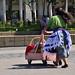 Un'indigena maya circola con il suo carretto