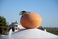 NARANJA DE CERAMICA-LA VILAVELLA (CASTELLON-SPAIN) (ABUELA PINOCHO ) Tags: españa ceramica spain fuente rotonda castellon villavieja trencadis teselas lavilavella naranjapueblo