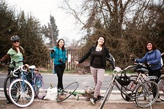 Cleteras amigas (EileenZitaClara) Tags: 35mm bicicleta fujifilm pentaxmesuper cleteras