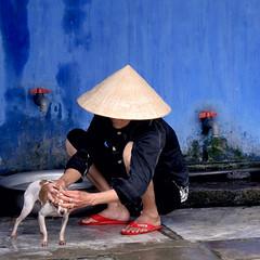 Vietnam - Gennaio 2014 (anton.it) Tags: donna vietnam rosso nero viaggio vietnamita vacanza cappello sapone cagnolino ciabatte toiletta canong10 antonit