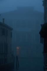 La nebbia l'avvolge (s81c) Tags: nebbia fog canalgrande grandcanal palazzi palaces grigio grey venezia venice