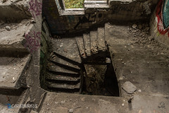 Wendeltreppe abwärts (Carismarkus) Tags: abandonedplace berlin decay kinderklinikweisensee lostplace treppe treppenauge urbex verfall