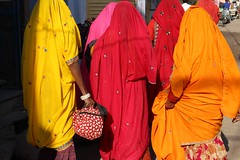 Couleurs (Cathy Le Scolan-Qur Photographies) Tags: street red orange india colors yellow jaune canon rouge women couleurs pushkar rue rajasthan femmes inde saris indianwomen indiennes catherinelescolanqur
