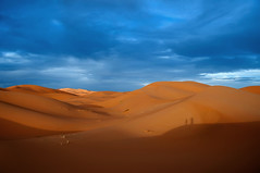 Dos fotgrafos en la sombra. (Victoria.....a secas.) Tags: sky shadows desert dunes explore nubes desierto marruecos sombras dunas shara
