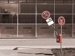 stopping restriction: repealed. (Soenke HH) Tags: auto city urban monochrome schilder sepia photography absurd fenster hamburg stadt schwarzweiss mülleimer dustbin strassenrand rasen iphone streen absurdity colorkey halteverbot linien repeatingpatterns wegwerfen stoppingrestriction selectedcolors
