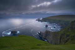 Falaises d'Hermaness #2 [ Unst ~ les Shetland ] (emvri85) Tags: greatbritain mer lighthouse seascape scotland cliffs phare falaises unst cosse grandebretagne shetlandislands oiseauxdemer fousdebassan theshetlandislands mucklefluggalighthouse
