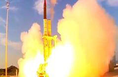 İsrail savunma sistemi Arrow, saldırı gerçekleştirdi (Teknoformat) Tags: arrow israelhomefrontalarm israil rusya sa5 sam savunma supergreenpine suriye uçaksavar