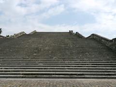 Versailles, Yvelines: l'un des deux escaliers de 100 marches qui encadrent l'orangerie et permettent d'y accder depuis la terrasse du chteau. (Marie-Hlne Cingal) Tags: stairs versailles scala 78 chteau parc jardins escaleras treppen escaliers yvelines