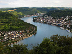 View of the Rhine Valley (Batikart) Tags: city travel blue houses summer vacation sky sun holiday mountains color colour building tree green nature water weather yellow clouds forest canon river germany landscape geotagged boats deutschland freedom wasser europa europe peace bend hiking sommer urlaub natur wolken tranquility aerialview sunny unescoworldheritagesite berge adventure vineyards recreation geology curve relaxation ursula fluss rhine landschaft rhein wandern reise boppard rheinlandpfalz sander geologie middlerhine rhinelandpalatinate mittelrhein 100faves 2013 skurve sbend viewonblack rhinegorge gedeonseck batikart canonpowershotg11 201311