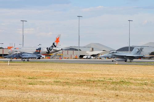A27-33 British Aerospace Hawk Mk.127 LIF RAAF, A44-222 Boeing F/A-18F Super Hornet RAAF, VH-VQY Airbus A320-232 Jetstar