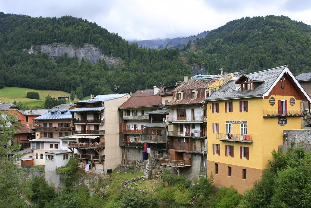 Terre des Alpes De l'alpage à la vallée, l'art de vivre en montagne est une constante adaptation à la géographie ; mais les inventions ingénieuses de nos ancêtres sont aussi des trésors d'artisanat et de gastronomie.