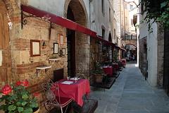 Massa Marittima (lucia lf@@) Tags: street italy food landscape restaurant strada explorer tuscany toscana ristorante canoneos borgo cibo paesaggio maremma tavoli massamarittima