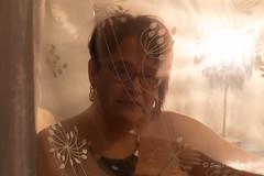 Le Rideau (Sous l'Oeil de Sylvie) Tags: moi me myself selfie autoportrait selfportrait sousloeildesylvie pentax ks2 rideau curtain rose pink chaud femme portrait lumière light janvier 2017