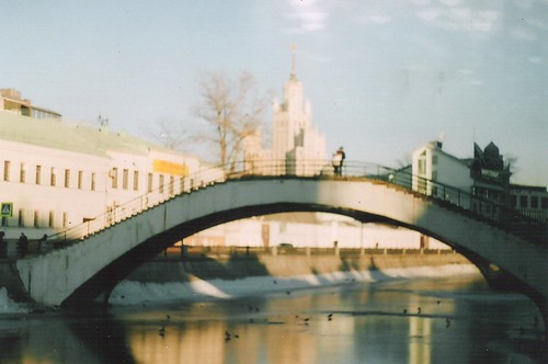 москва март 001 мост парень и девушка