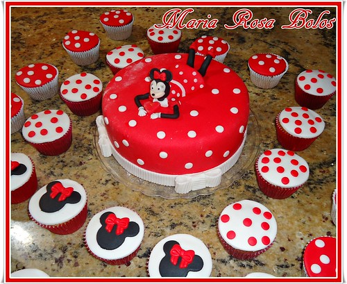 Bolo Minnie e cupcakes