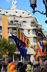 Via Catalana a Barcelona 2013 0597e (antarc foto) Tags: nikon d7000 nikkor 18105 vr afs dx new star for blue flag diada setembre 2013 national day catalonia september 11th passeig de gràcia barcelona via catalana catalan way crossing 250 miles human chain claiming right decide referendum independence from spain straight demonstration la pedrera antoni gaudi modernism art nouveau starry 11setembre