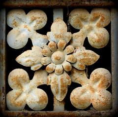 CUATRO TRBOLES (EULALIA2010) Tags: cementerio montjuc treboles detallepuerta