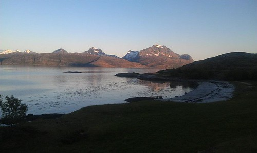 """Med Finnkonnvika og Eidetinden. Foto: Helge Johansen. <a style=""""margin-left:10px; font-size:0.8em;"""" href=""""http://www.flickr.com/photos/110173116@N08/11117869094/"""" target=""""_blank"""">@flickr</a>"""