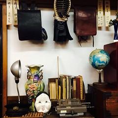 โต๊ะทำการบ้านของนักเรียนญี่ปุ่นสมัยก่อน มีทั้งตำรา กระเป๋า และหมวกเคนโด้ แบบที่เห็นในหนังการ์ตูนตอนเด็กๆ #kinbinnon #otaru #japan