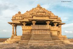 DSC5087 Templo Sas-Bahu (pequeño), 1093, Fuerte de Gwalior (Ramón Muñoz - ARTE) Tags: india gwalior fort fuerte fortaleza palacio templo hindú sas bahu vishnu