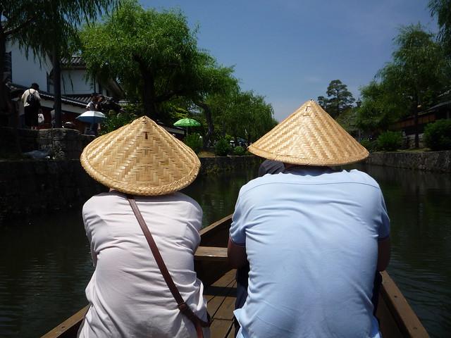 舟には笠を被って乗ります。|倉敷美観地区