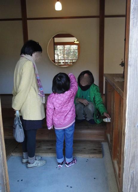 玄関ではスタッフの方が「靴箱もあけて見てくださいね」とおっ。|サツキとメイの家