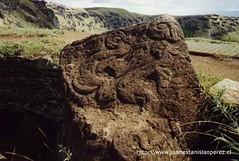 El ceremonial del Hombre-Pájaro que se efectuaba anualmente en Orongo tenía una importancia extraordinaria para el pueblo rapa núi. Obsérvese el petroglifo con las figuras del Hombre-Pájaro y del Dios Máke-Máke. Febrero 2002.