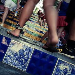 Through the legs at the Escadaria Selarón