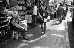 (David Davidoff) Tags: streetpeoplelife maneatingcornonthecob leicam3summaron35mmf35 goggles kentmerefilm blackwhite aanalogue 啃玉米 humanist human analogue analog monochrome eatingonstreet