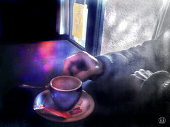 Sursis (Louve Solitaire) Tags: cup tasse hands main photophone bidouillages photographisme