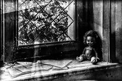 5LEGGERA (debora morelli) Tags: finestra nero bambola vision:outdoor=091
