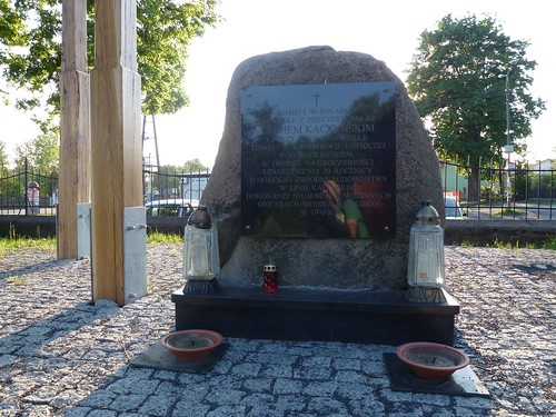 Pomnik ofiarom katastrofy lotniczej w Smoleńsku przed kościołem w Gliniance