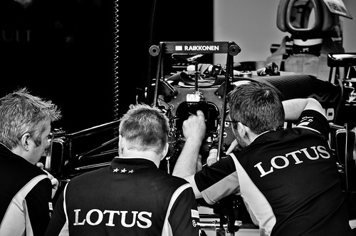 Lotus Mechanics work on Kimi Raikkonen