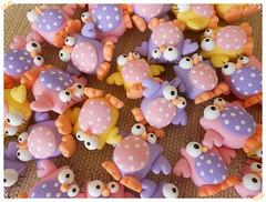 Aplique corujinha (Lili Arte em biscuit) Tags: rosa amarelo biscuit coruja lpis lils prendedor grampo aplique fecha pregador corujinha ponteira