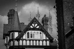 MmG - Old and older (oliver.herbold) Tags: roof monochrome canon woodwork cathedral gloucestershire gloucester dach gloucestercathedral westgate fachwerk halftimber giebel holzschnitzereien westgatestreet 70d