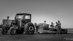 Jornada pesquera (matiashv) Tags: bw blancoynegro blackwhite playa pesca pescador pescadores