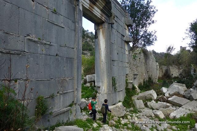 Saliendo del antiguo templo