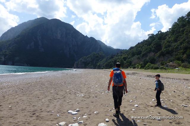 En marcha hacia Olympos siguiendo la playa
