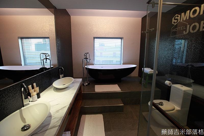 smokeyjoes_hotel_room_302_040