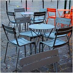 Le ciel est haut, la terre est basse ; il ny a que la table et le lit qui soient  la bonne hauteur, Proverbe franais (Barbara DALMAZZO-TEMPEL) Tags: caf table terrasse chaise fauteuil citation valenciennes placedesarmes