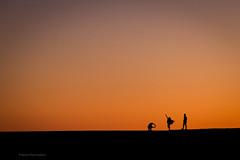 posing on a quay wall (bernd obervossbeck) Tags: silhouette pose evening abend foto photographer kanaren posing eveningsky lapalma photographing eveninglight personen abendrot abendstimmung abendlicht kanarischeinseln eveningmood posieren canarianislands canoneos60d berndobervossbeck silhouetteofpeople fotgrafieren warmcoloursofevening silhouettenvonpersonen