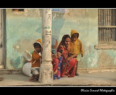 Regards (Olivier Simard Photographie) Tags: voyage morning travel family famille india look eyes women asia child femme yeux asie saree enfant sari rajasthan inde regard matin haveli streetshot candidshot mandawa jhunjhunu scènederue shekhawati httpelephantravelcom